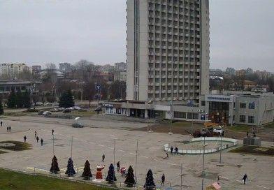 У Сумах на майдані Незалежності встановлюють ковзанку